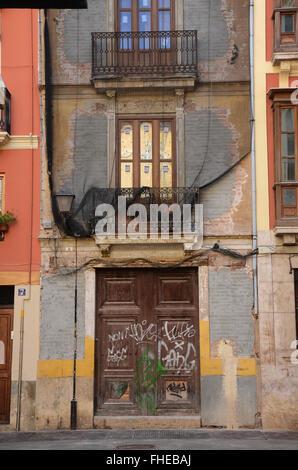 Graffiti bedeckt Wände im Barrio del Carmen, Spanien - Stockfoto