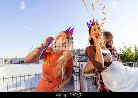 Österreich, Wien, junge Menschen, die einer Partei auf Dachterrasse - Stockfoto