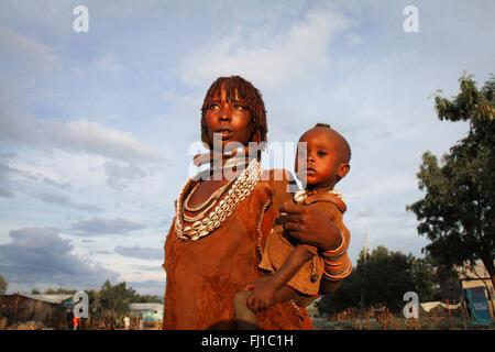 Portrait von Hamer Frau mit Baby Kind in Turmi, Äthiopien - Stockfoto