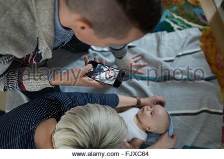 Draufsicht Vater Fotografieren Baby Sohn - Stockfoto