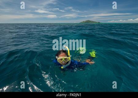 Schnorchler schwimmen das Korallenriff in der Marine Schutzgebiet in der Nähe von Kia-Insel. - Stockfoto