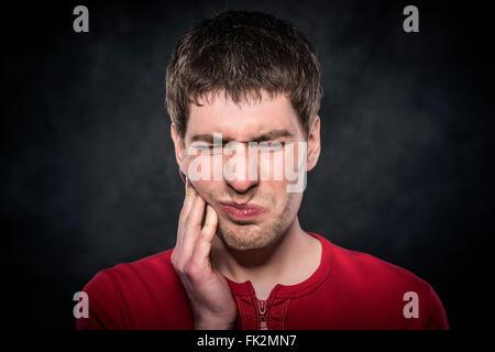 Junger Mann fühlt sich Zahnschmerzen - Stockfoto