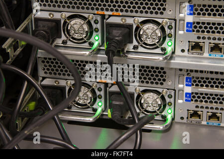 Netzteile für Computer-Server-Racks mit Stromkabel eingesteckt - Stockfoto