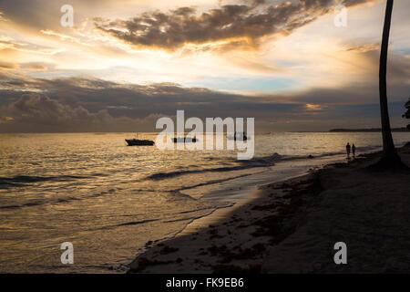 Goldenen Sonnenaufgang über dem Meer in Dominikanische Republik, Bavaro Beach. - Stockfoto