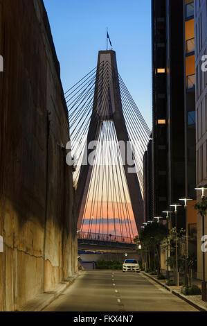 Sonnenuntergang am Anzac Bridge, genommen von John Street, Pyrmont, Sydney, NSW, Australien - Stockfoto