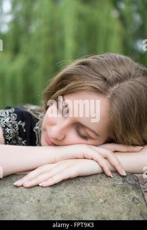 Junge Frau im Freien schlafen - Stockfoto