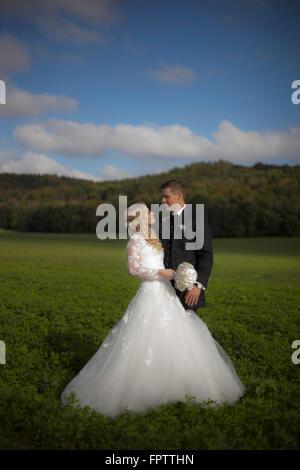 Braut und Bräutigam tun Romantik im Feld, Ammersee, Upper Bavaria, Bavaria, Germany - Stockfoto