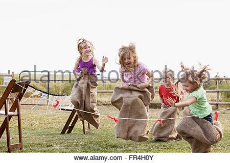 Cousins und Cousinen Kartoffel Sack Rennen. - Stockfoto