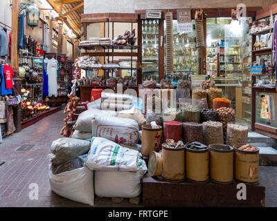 Geschäfte in der Gewürz-Souk im Stadtteil Deira Dubai, Vereinigte Arabische Emirate - Stockfoto