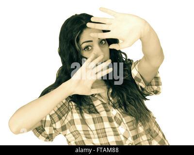 Angst ängstliche junge Frau mit ihren Händen angehoben Schuss Vintage einfarbig - Stockfoto