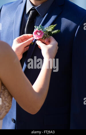 Braut anheften eines Boutineer auf ihrem Bräutigam am Tag ihrer Hochzeit in Oregon. - Stockfoto