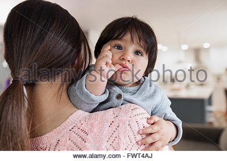 Rückansicht des Mutter mit niedlichen Baby boy - Stockfoto