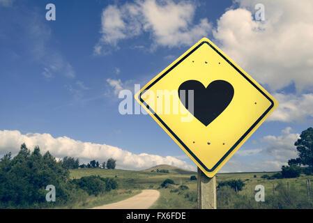 Liebe Herz Form romantisches Konzept Symbol Straßenschild auf leere Naturlandschaft Vintage Filterwirkung. - Stockfoto