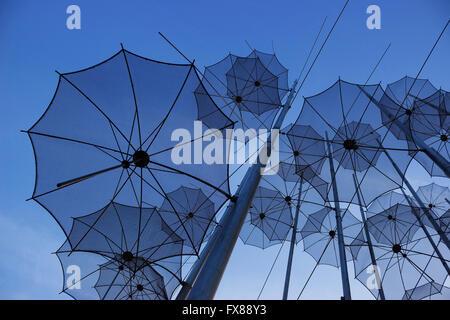 """Dangling overhead sich wiederholende """"Sonnenschirme"""" fine art Struktur von Giorgos Zongolopoulos alias """"ewige Teenager'. - Stockfoto"""