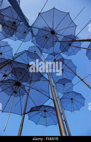 """Baumelnd über Kopf sich wiederholende """"Sonnenschirme"""" Motiv von Zongolopoulos aka """"ewige Teenager"""", Installation - Stockfoto"""