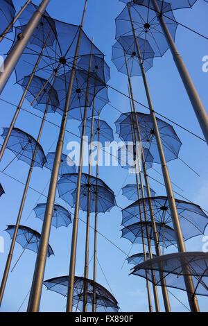 """Die hängenden """"Regenschirme"""" Stahl-Skulptur von George Zongolopoulos auch bekannt unter dem Beinamen """"ewige Teenager"""". - Stockfoto"""