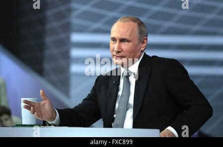 Moskau, Russland. 14. April 2016. Der russische Präsident Vladimir Putin während seiner jährlichen call-in Show - Stockfoto