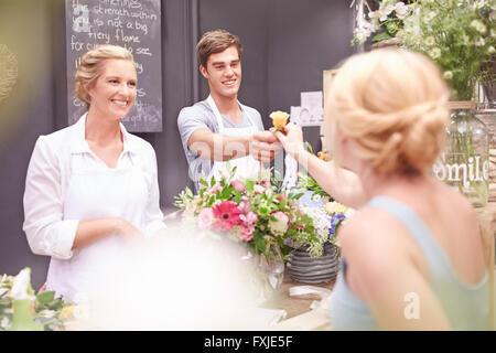 Was Frau rose im Blumenladen Blumengeschäft - Stockfoto