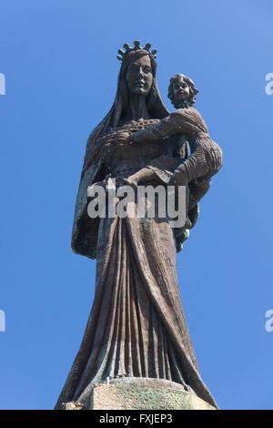 Bronze Bildnis der Madonna mit Kind, in der Mitte des Hofes der Kirche St. Maria del Soccorso, Capri - Stockfoto