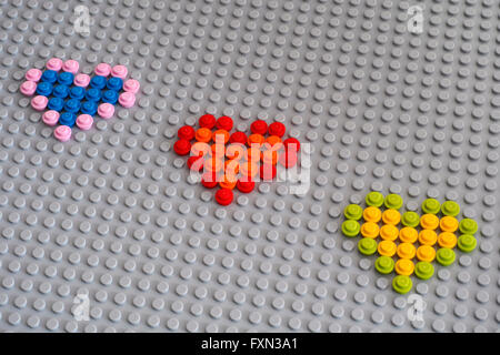 Tambow, Russische Föderation - 24. Januar 2016 drei Lego Herzen aus runden Steinen 1 x 1 auf Lego graue Grundplatte. - Stockfoto