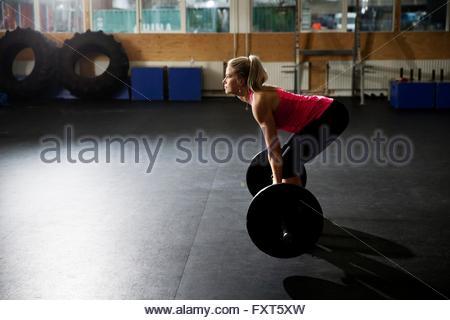 Frau, Vorbereiten der Hantel heben Sie im Fitness-Studio - Stockfoto