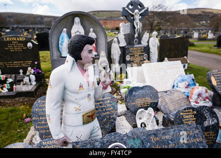Eine große Anzahl von Marmor Gedenksteine auf einem Grab in einem irischen Friedhof, einschließlich eine große Statue - Stockfoto