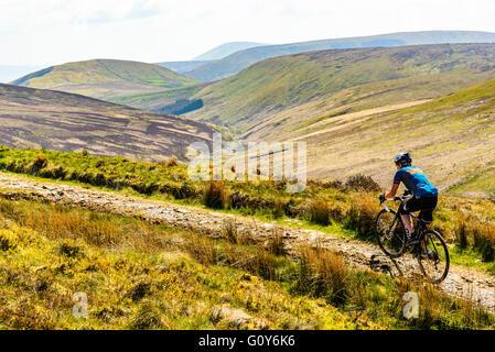 Radfahrer auf dem richtigen Weg in der Bowland Fells Lancashire verschieden bekannt als Salter Weg fiel Salter Road - Stockfoto