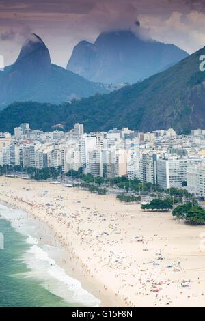 Morro Dos Dois Irmãos und Pedra da Gavea, Strand von Ipanema, Rio De Janeiro, Brasilien, Südamerika - Stockfoto