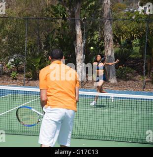 Paar Tennis spielen - Stockfoto
