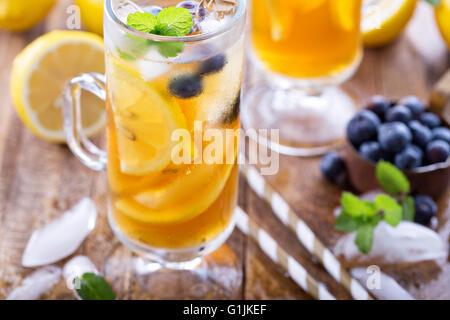 Eistee mit Heidelbeeren und Zitronenscheiben - Stockfoto
