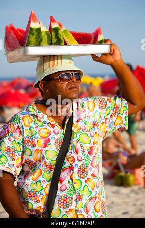 Wassermelone-Verkäufer in Strand von Ipanema, Rio De Janeiro, Brasilien. - Stockfoto