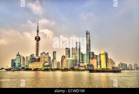 Skyline von Shanghai über den Huangpu-Fluss in China - Stockfoto