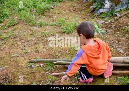 Kinder Hmong Leute spielen im Garten bei Phu Hin Rong Kla Nationalpark in Phitsanulok Thailand - Stockfoto