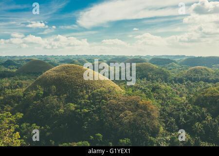 Blick auf die berühmte und ungewöhnliche Chocolate Hills auf Bohol, Philippinen - Stockfoto