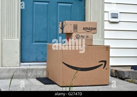 Amazon Prime Boxen geliefert, einem Heim - Stockfoto