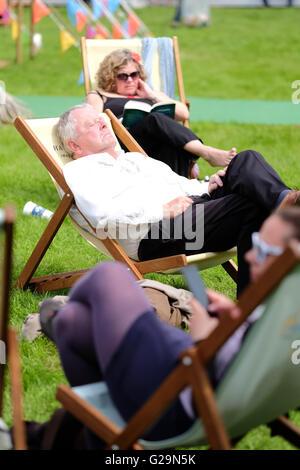 Hay Festival Hay on Wye, Wales, UK Mai 2016. Ein Festival Besucher genießt die Chance, sich hinzusetzen und entspannen - Stockfoto