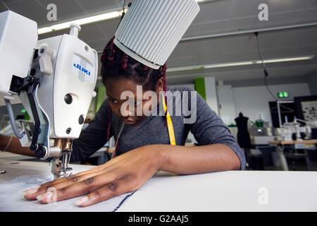 Praktischer Unterricht an der Nähmaschine für angehende Näherinnen - Stockfoto