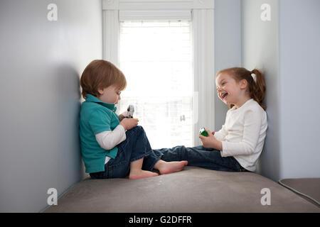 Jungen und Mädchen spielen mit Spielzeug-Autos - Stockfoto