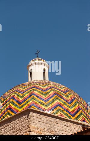 Bunte Kuppel der Chiesa Di San Paolo, Saint-Paul Kirche, Olbia, Sardinien, Italien - Stockfoto