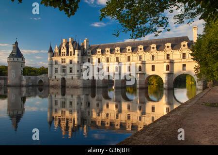 Abendsonne auf Château de Chenonceau und Fluss Cher, Indre-et-Loire, Frankreich - Stockfoto