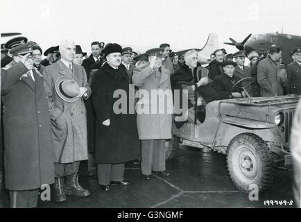 Die russische Hymne ist mit Präsident Franklin d. Roosevelt (Fsitting im Jeep), Premierminister Winston Churchill - Stockfoto