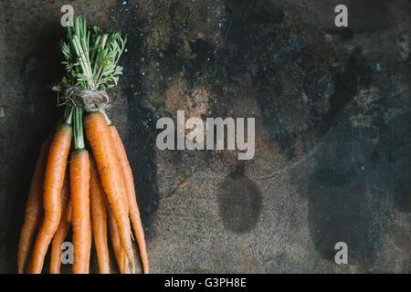 Handvoll frische Garten Karotten auf rostigen Hintergrund - Stockfoto