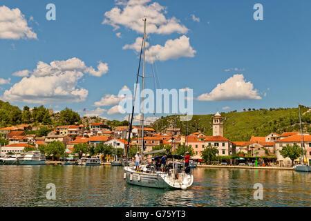 Yacht, die Ankunft in Skradin, der Fluss Cikola über Sibenik, Kroatien - Stockfoto
