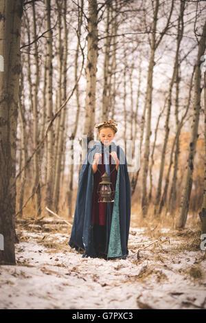 Junges Mädchen mit Laterne im Wald - Stockfoto