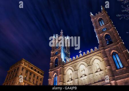 Die Basilique de Notre-Dame in Montreal Quebec Kanada, Foto in der Nacht mit Wolken vorbei Streifen - Stockfoto