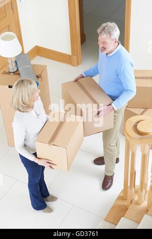 Älteres paar Umzug In neues Zuhause - Stockfoto