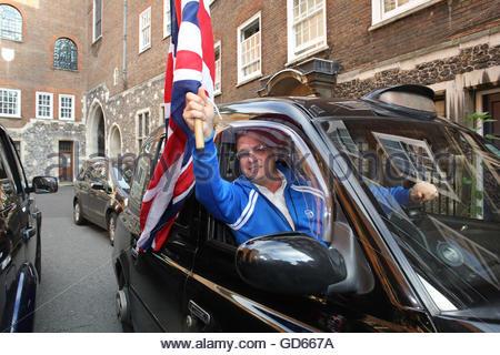 Haben nur gratulierte Nigel Farage Sieg winkt ein Taxifahrer seine Union Jack der Presse in einer Seitenstraße in - Stockfoto