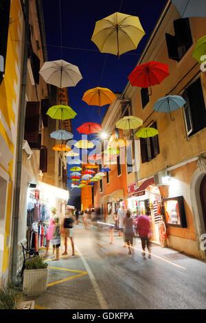 Offenen Sonnenschirme von Zeichenfolgen in der Straße von Novigrad hängen - Stockfoto