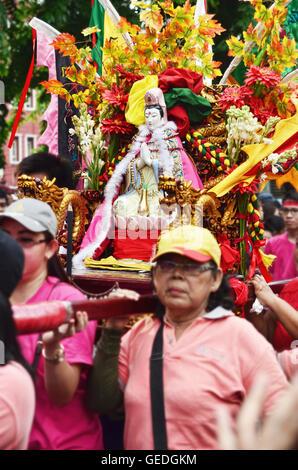 Jakarta, Indonesien. 21. Februar 2016. Bewohner der chinesischen Nachbarschaft heben Joli (bunte Prozession) Gottes - Stockfoto