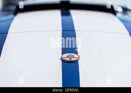 1954 Ford Cobra 427 blauen und weißen Streifen und Abzeichen am hinteren Teil - Stockfoto